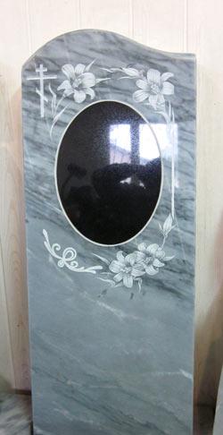 фото Мраморный памятник с гранитной вставкой.