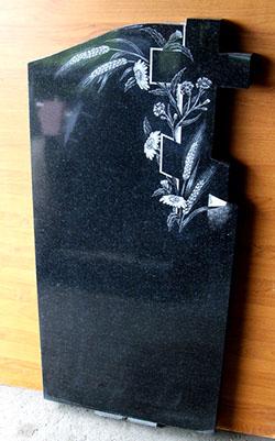 фото Крест в полевых цветах на памятнике