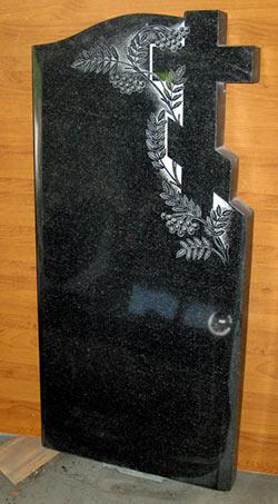 фото Крест на памятнике в ветках рябины